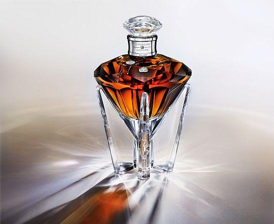 Johnnie_walker_whiskey_bottle_for_queen_elisabeths_diamond_jubilee_at_the_throne_3idwe